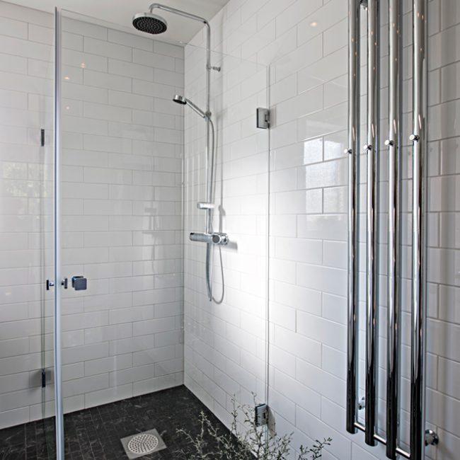 JTS Rörservice renoverar badrum i Nacka – Badrum med dusch och handukstork