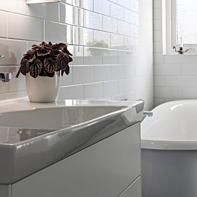 JTS Rörservice renoverar badrum i Nacka – Badrum med badkar och handfat