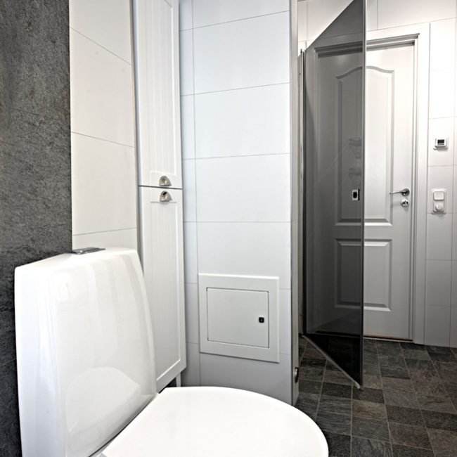 JTS Rörservice renoverar badrum i Nacka – Badrumsbild, toa, inbyggt skåp och dusch