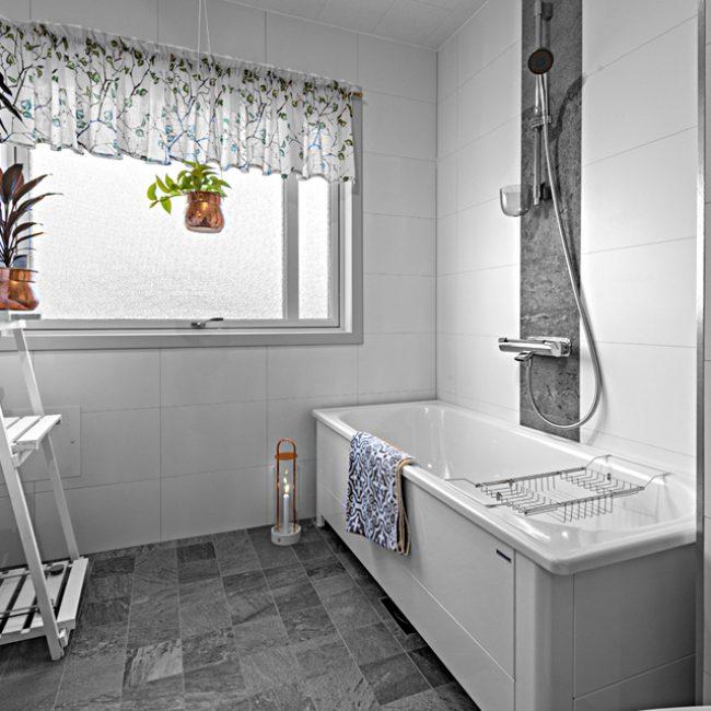 JTS Rörservice renoverar badrum i Nacka – Badrum med badkar och fönster