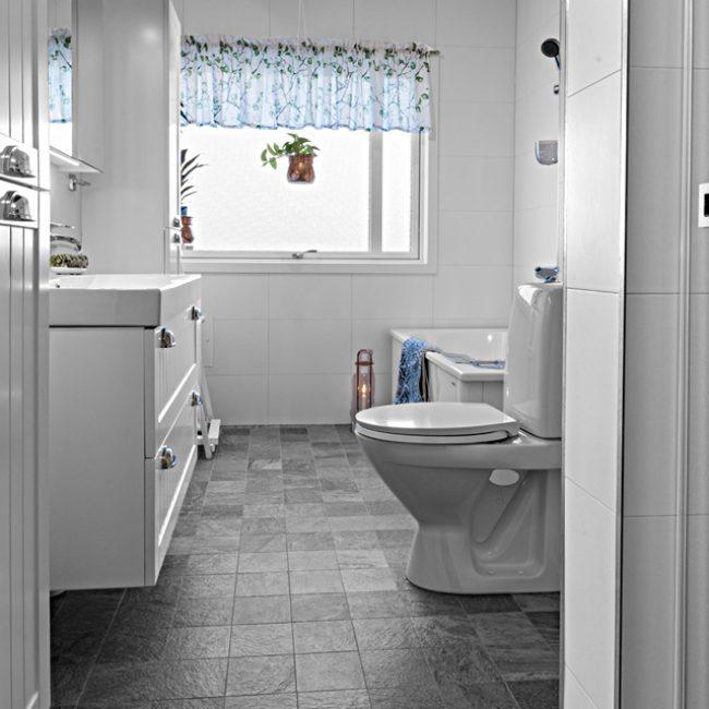 JTS Rörservice renoverar badrum i Nacka – Badrum med badkar, wc, handfat och fönster