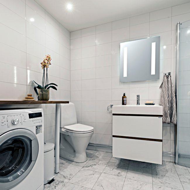 JTS Rörservice renoverar badrum i Stockholm – Badrum med tvättmaskin och toa och dusch
