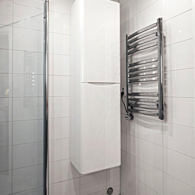 JTS Rörservice renoverar badrum i Stockholm – Badrum med dusch och vägghängt skåp